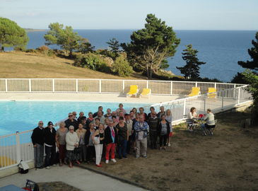 Photo de groupe près de la piscine